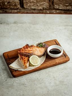 Жареный лосось с соусом наршараб