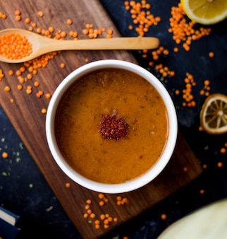 レンズ豆の粒とレンズ豆のスープ
