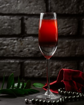 テーブルの上の赤ワイン
