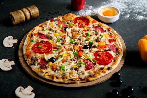 さまざまな材料を混ぜたピザ
