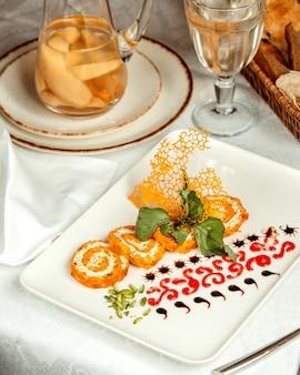 Ломтики апельсиновых рулетиков на столе