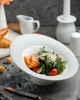 皿に野菜とサーモンのサラダ