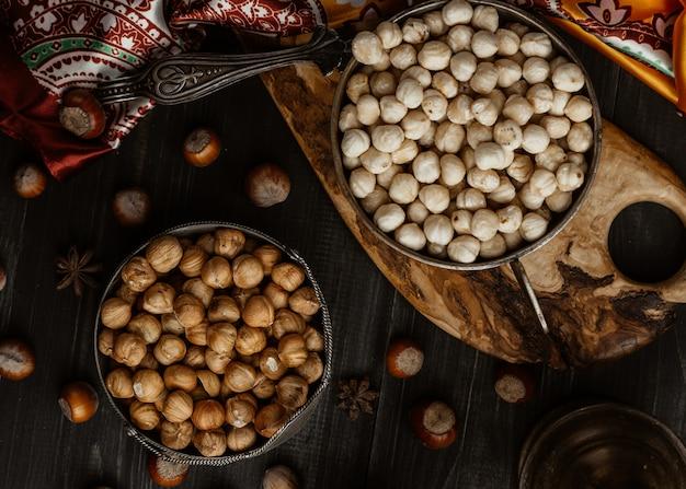 Простые и жареные орехи на столе вид сверху