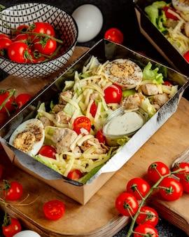 Салат с помидорами и яйцом
