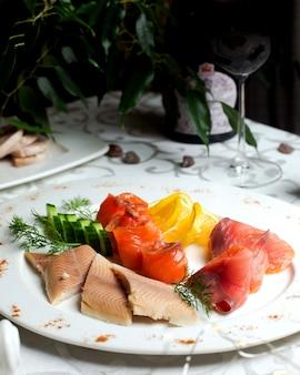 レモンスライスと様々な魚の切り身