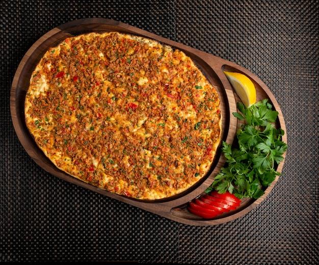 Турецкий лахмаджун с фаршированным мясом с лимоном и зеленью