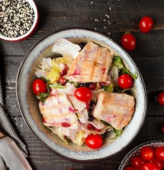 Салат из лосося с овощами на столе