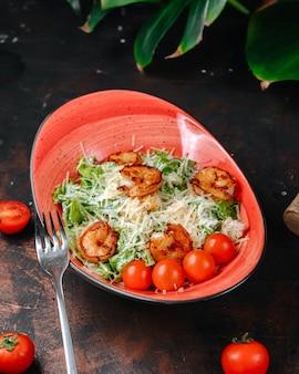 テーブルの上のエビのシーザーサラダ