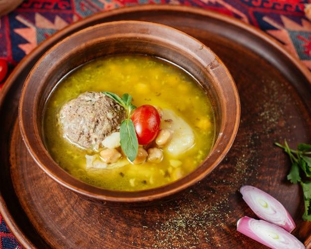 ヒヨコ豆とポテトのアゼルバイジャンクフテボズバッシュミートボールスープのクローズアップ