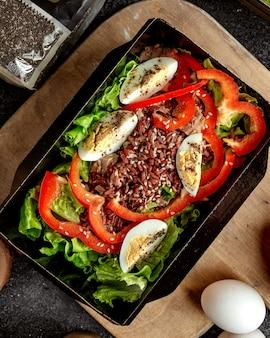Салат из тунца с нарезанными яйцами