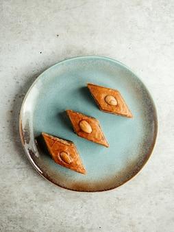 Традиционная десертная пахлава с миндалем