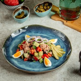 Салат из тунца с яйцами и солеными огурцами