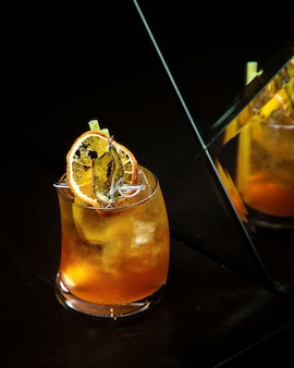 Холодный напиток с лимоном на столе