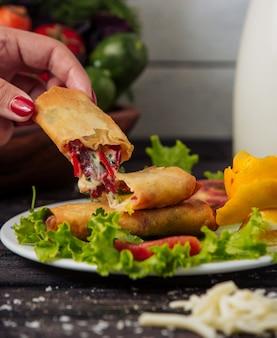 Креп с сыром и овощами в тарелке