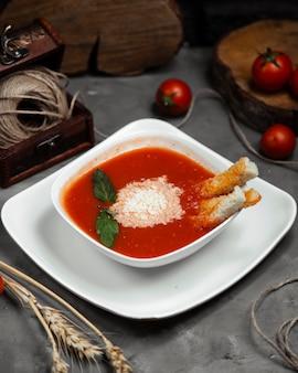 乾燥地殻とボウルにミントのトマトスープ