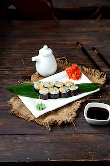 Набор суши ролл подается в отпуске