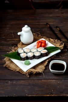 Суши роллы и соевый соус