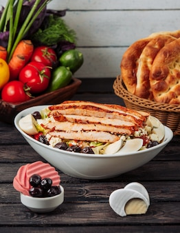 フライドチキンと野菜のサラダテーブル