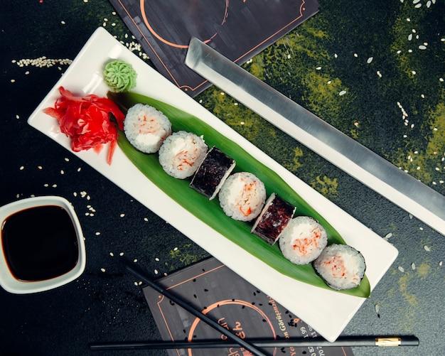Суши роллы на тарелку с кунжутом