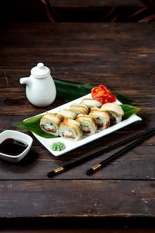 Суши роллы на тарелке с соевым соусом