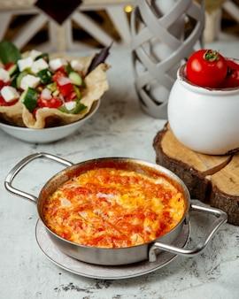 Салат из омлетов и томатов с сыром