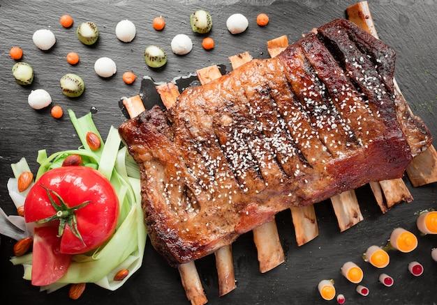 Мясные ребрышки с овощами
