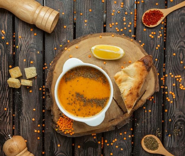 木の板の上面にレンズ豆のスープ
