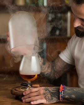 テーブルの上のシナモンと軽いビール