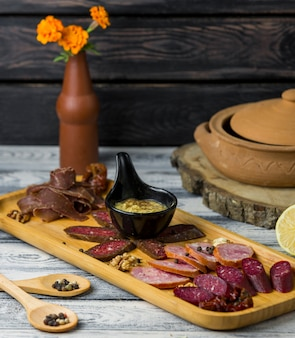 Мясной стол на деревянной доске
