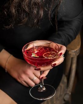 Красный коктейль с ломтиком лимона