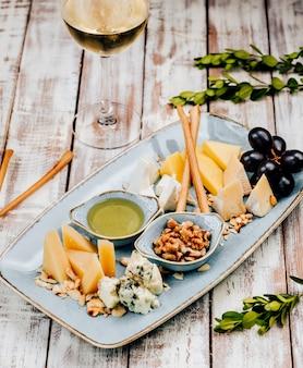 カリカリのスティックとブドウのチーズプレート