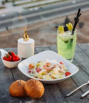 Салат цезарь с креветками на столе