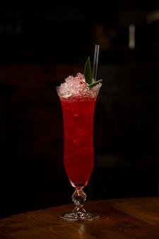Арбузный коктейль со льдом на столе