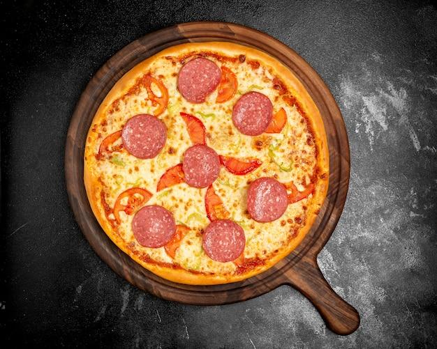 チーズトマトとソーセージとカリカリのピザ