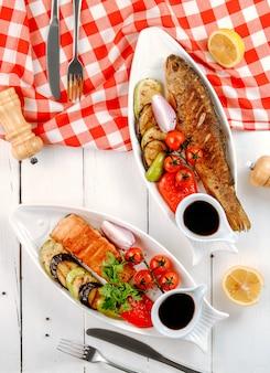 Жареная рыба с овощами вид сверху