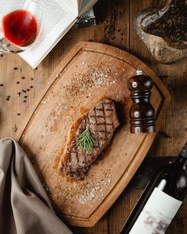 木の板に揚げステーキ