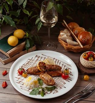 Шашлык из лосося и курицы гриль с рисом, помидорами, лимоном