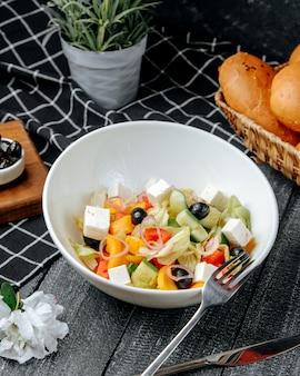 Греческий салат на столе
