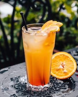 Холодный апельсиновый коктейль на столе