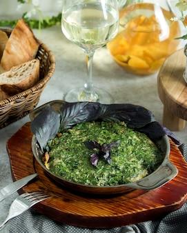 アゼルバイジャン産ココオの卵料理とハーブの鉄鍋