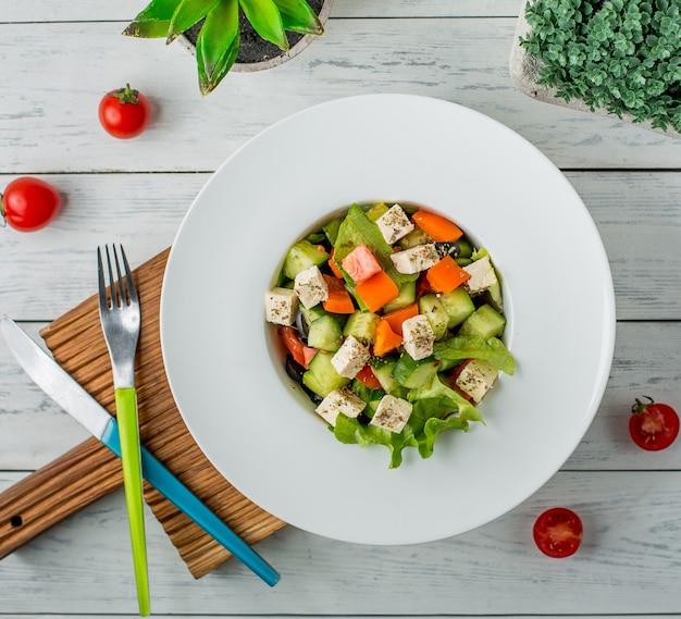 Овощной салат с болгарским перцем, огурцом, оливой, белым сыром, листьями салата, помидорами