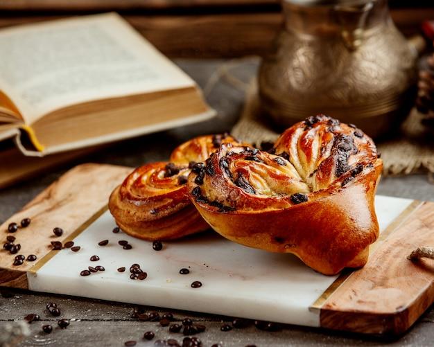 チョコレートの破片とハート型の甘いパン