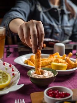 Жареный хрустящий плетеный сыр с майонезным соусом, лимон