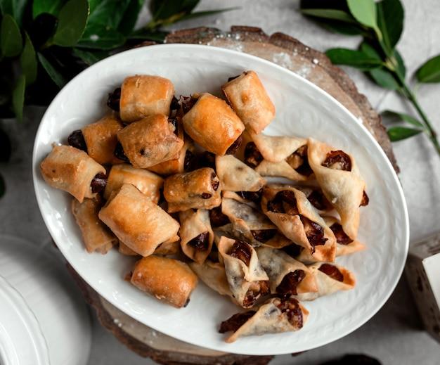 Вид сверху блюдо с печеньем с датами