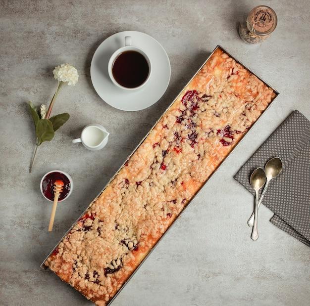 Вид сверху на длинный пирог с ягодным вареньем