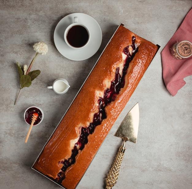 Вид сверху на длинный пирог с малиновым вареньем