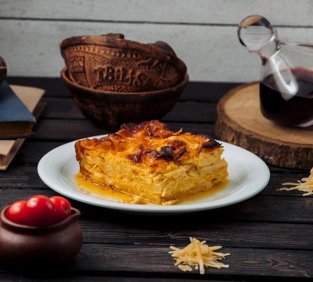 Турецкий картофельный борек с водой в тарелке