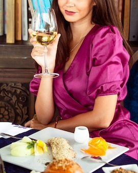 白ワインとグラスを保持している女性