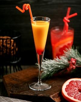 テーブルの上のオレンジグレープフルーツミックスカクテル