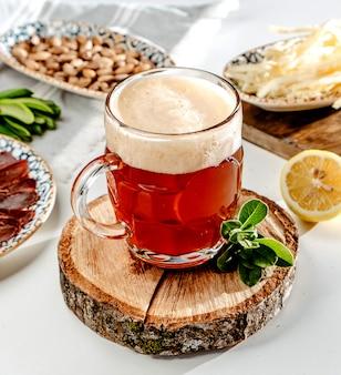 テーブルの上の赤いビールジョッキ